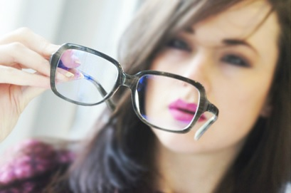 Le danger de porter des lunettes et des lentilles…